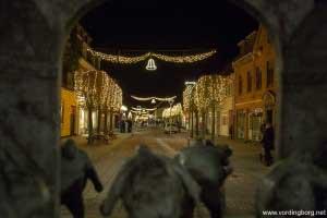 Algade med julebelysning