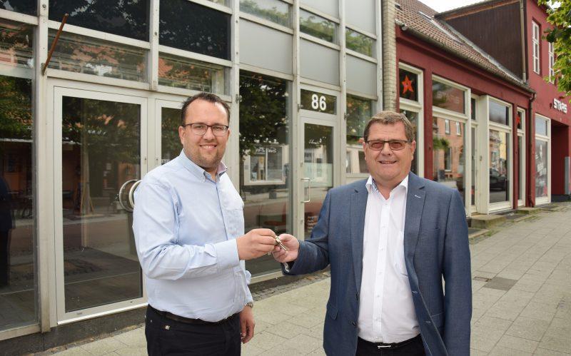 Filialdirektør Allan Andersen modtager nøglerne til Vordingborgs nye bank af Henning Skou, Nybolig Erhverv