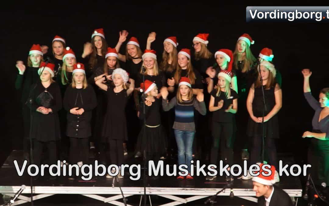 Se indslag med Sigurd Barrett og Vordingborg Musikskoles kor. Se også Lucia-optog