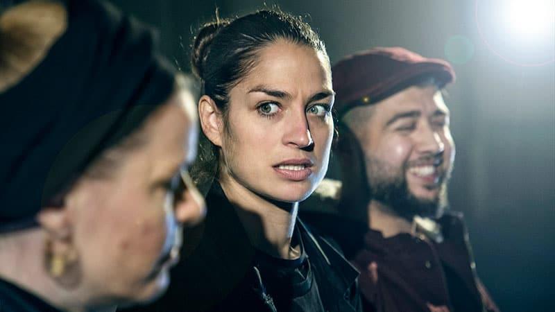 """Teaterforeningen Bøgestrømmen præsenterer """"Udvandrerne"""" – Musikbaseret verdensteater fra Teatret danskdansk"""