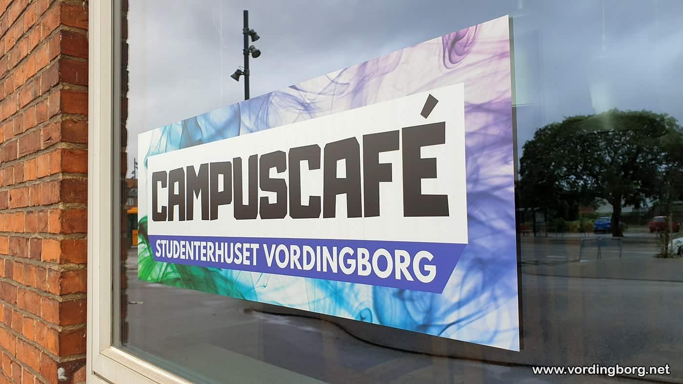 Udstilling hos Campuscafé Vordingborg af tegneserie, der foregår på Møn, om socialmedie-afhængig teenager