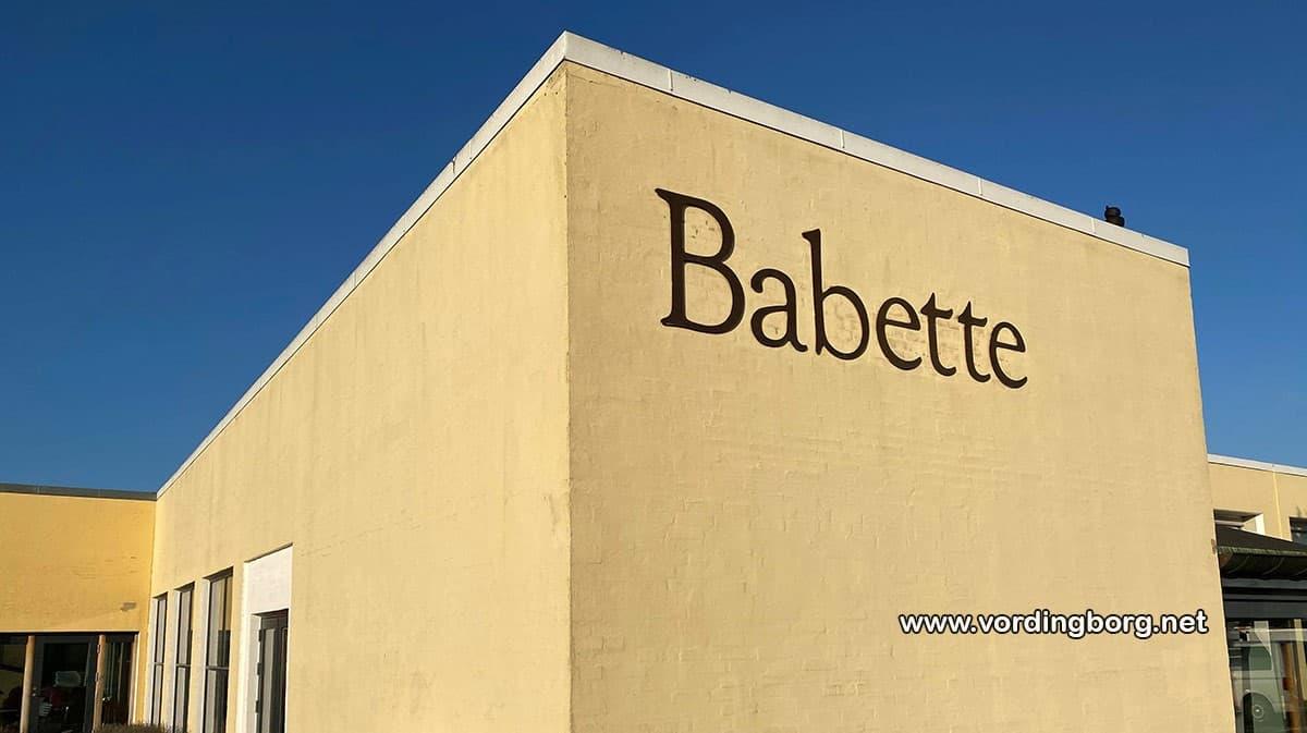 Babette sælger til en god nabo