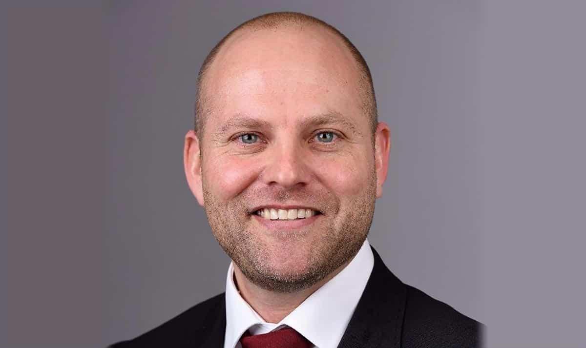 Borgmester Mikael Smed har en overraskelse til de unge.