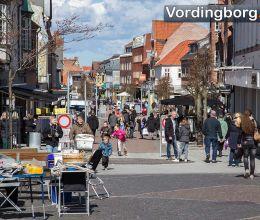 السوق في Slotstorvet والطقس الجيد = كثير من الناس في Algade - Vordingborg ، 4 أبريل 2015