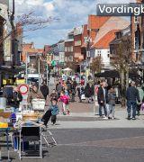 Marked på Slotstorvet og godt vejr = mange mennesker i Algade - Vordingborg 4. april 2015
